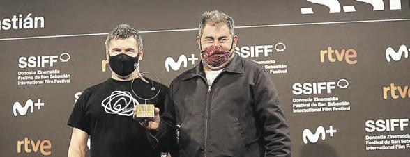 Pablo Azkue (izquierda), cuyo relato inspiró el film, junto a Telmo Esnal.