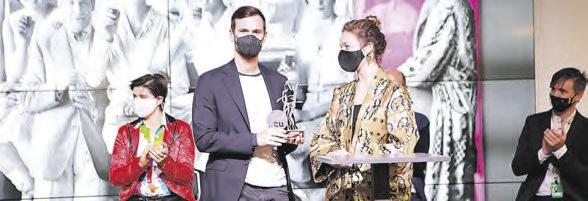 Entrega el premio Sebastiane al representante de la película Falling.