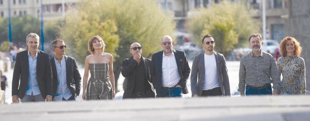 Alejandro Amenábar (tercero por la derecha) junto al equipo de su película en su llegada al Kursaal.