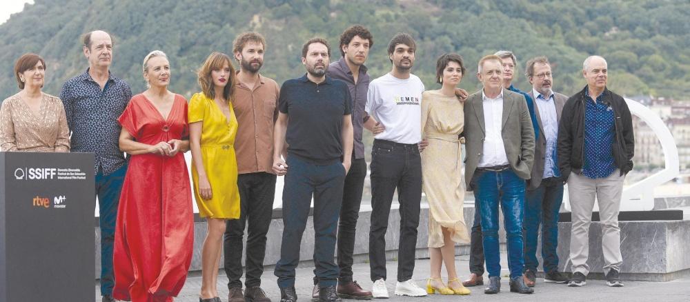 """El director Aitor Gabilondo, rodeado por el elenco de """"Patria"""""""