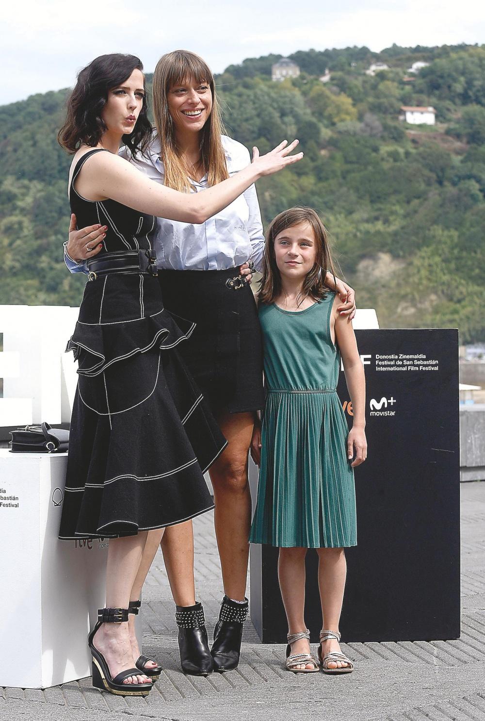La realizadora Alice Winocour junto a las intérpretes de su película: Eva Green y Zélie Boulant-Lemesle.