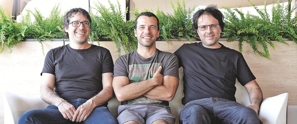 El actor Rodrigo Palacios entre Daniel y Diego Vega, directores de La bronca.