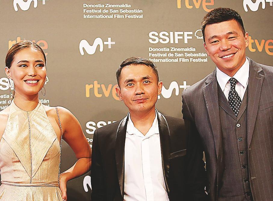 El director Adilkhan Yerzanov entre los interpretes Dinara Baktybayeva y Daniyar Alshnov.