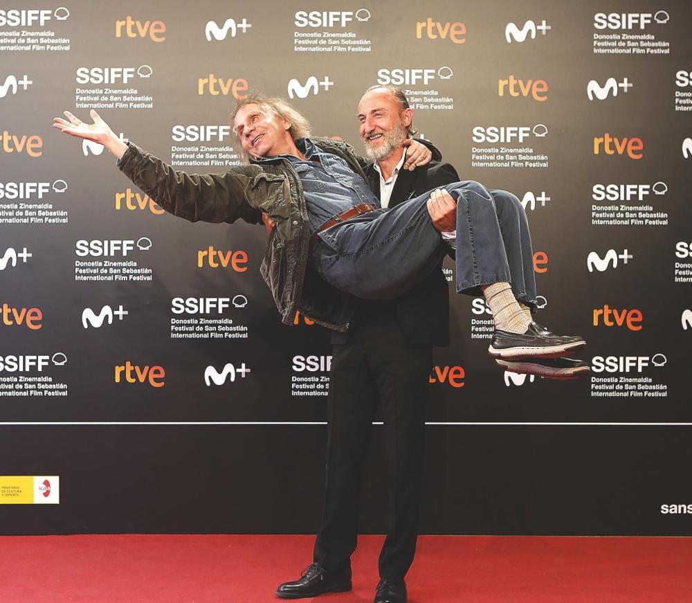 El director Guillaume Nicloux carga con el escritor Michel Houellebcq.