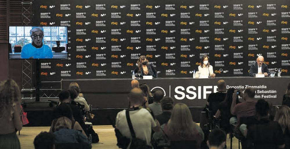 Aurten prentsaurrekoetan ohiko bihurtuko den irudi mistoa: Gina Gershon, Elena Anaya eta Jaume Roures bertan, eta Woody Allen online.
