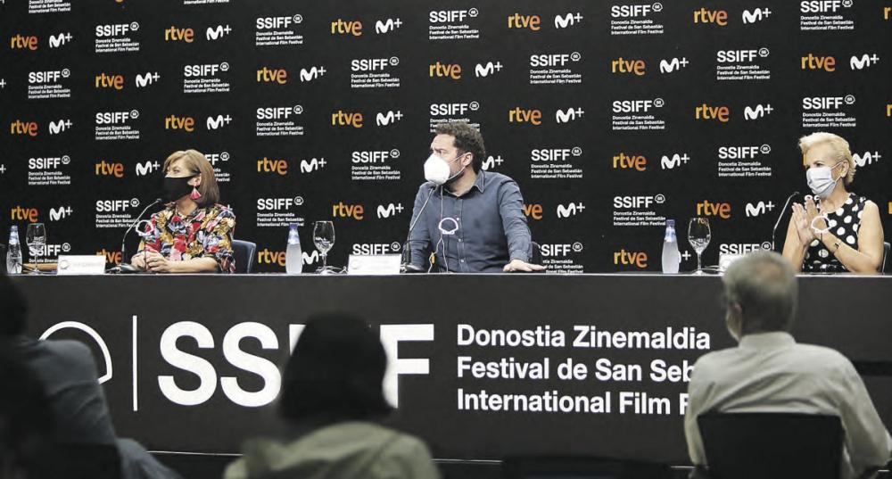 Aitor Gabilondo, creador de la serie, y sus dos actrices protagonistas Ane Gabarain y Elene Irureta.