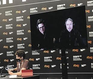 Thomas Vinterberg y Madds Mikelsen comparecieron en el Zinemaldi desde su Copenhague natal.