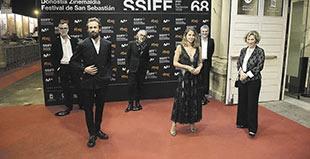 El equipo de la serie Dime quién soy junto a la escritora Julia Navarro (primera por la derecha).