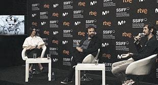 El director Iñaki Sánchez entre los protagonistas de su película, Paz Vega y Raúl Arévalo.