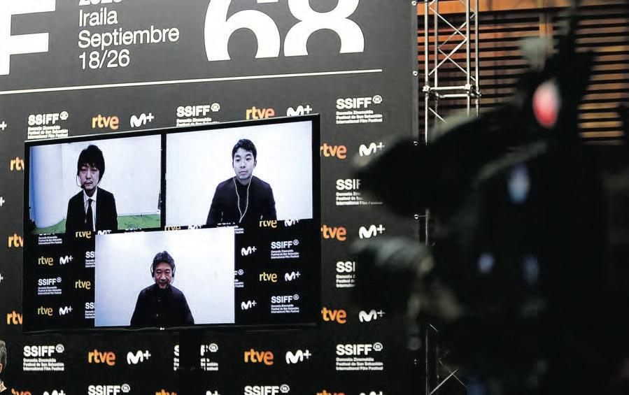 El director Takuma Sato y el actor Nakano Taiga (arriba) y Hirokazu Koreeda (abajo) en conexión desde Tokio.