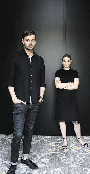 Piotr Domalewski (director) junto a la actriz Zofia Stafief.