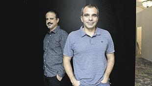 El director Ángel Parra (delante) y el productor Pedro Peira.