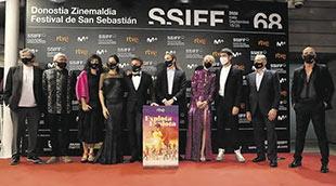 Fernando López Puig (segundo por la izquierda), director de contenidos de RTVE junto con el equipo de la película.