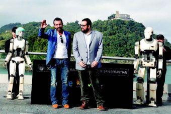"""Banderas e Ibáñez posan junto a unos robots a los que el director definió como """"hijos de Asimov""""."""