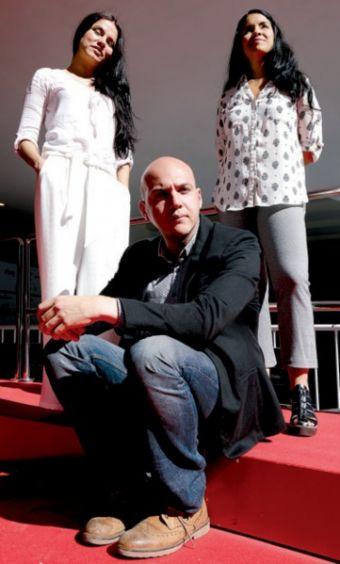 El equipo de la película posó en la alfombra roja: Marleyda Soto, César Augusto Acevedo y Paola Pérez.