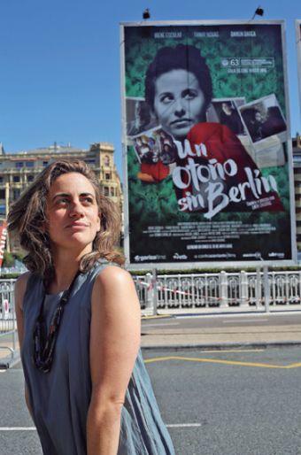 Lara Izaguirre junto al cartel de su pélicula.