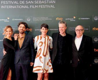 Federico Veiroj (segundo por la derecha) junto a sus actores en la alfombra roja del Kursaal