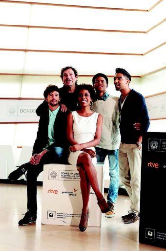 Agustí Villaronga posa junto a su elenco de actores cubanos.