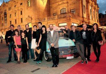 Aitaren Etxea filmeko aktoreak, espresuki ekarritako 50eko hamarkadako autoaren inguruan.