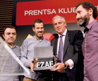 Los representantes de EZAE entregan el premio a los directores de Loreak.