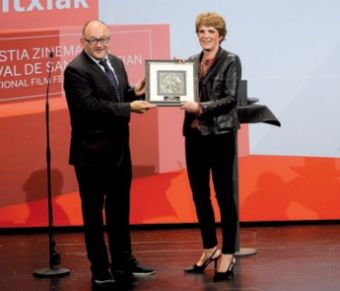 José Luis Rebordinos entregando a Ariane Toscan du Plantier el galardón.