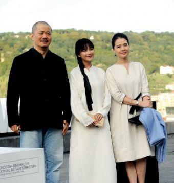 Liu Hao junto a las dos protagonistas del filme.