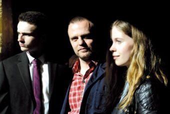 El director Scott Graham rodeado de sus dos actores adolescentes, Ben Gallagher y Sorcha Groundsell.