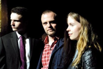 El director Scott Graham rodeado de sus dos actores adolescentes, Ben Gallagher y Sorcha Groundsell.