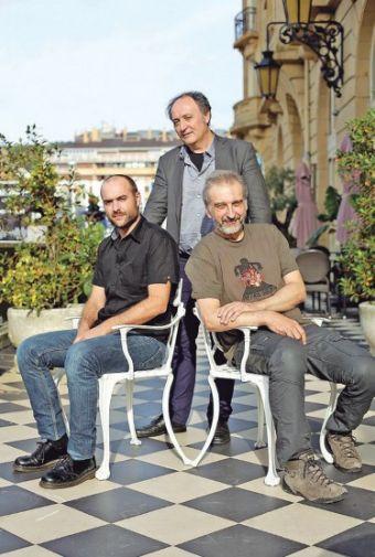 El dibujante Alberto Vázquez y el guionista de animación Pedro Rivero con el productor Carlos Juárez detrás.