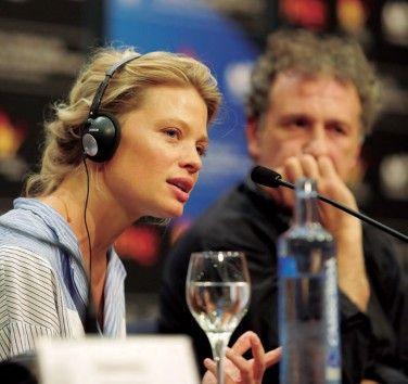 La douleur filmeko protagonista, Mélanie Thierry. Ondoan, Finkiel zuzendaria.