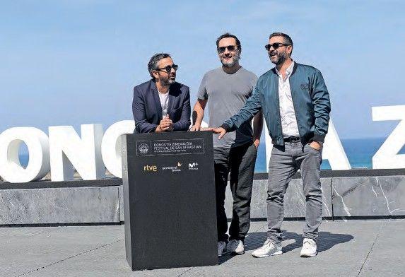 El actor Gilles Lellouche entre los directores Eric Toledano y Olivier Nakache.