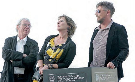 La jueza Anne Gruwez, flanqueada por los directores de la película.