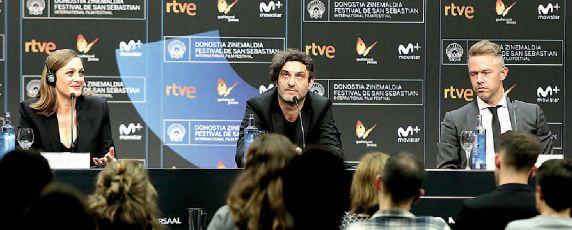 El director Alexandros Avranas escoltado por los intérpretes Eleni Roussinou y Christos Loulis.
