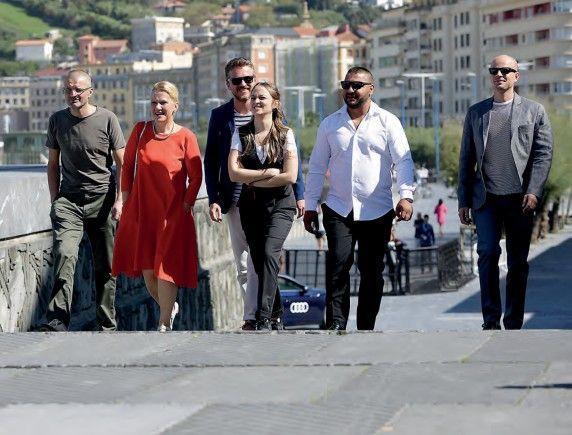 La joven directora Ivana Mladenovic en el centro, seguida del equipo de la película.