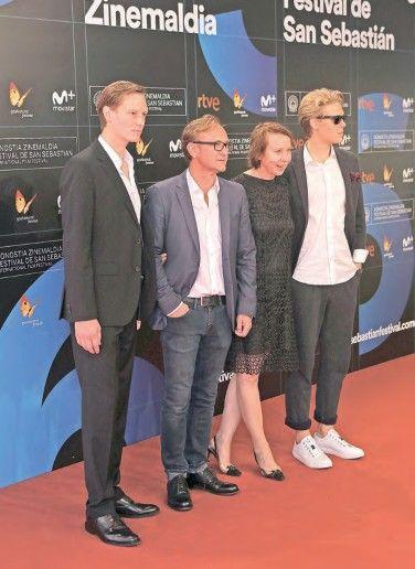 La directora Urszula Antoniak rodeada por los actores del film.