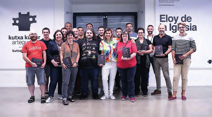 Programadores y programadoras LGTB posan ante la exposición dedicada a Eloy de la Iglesia. ULISES PROUST