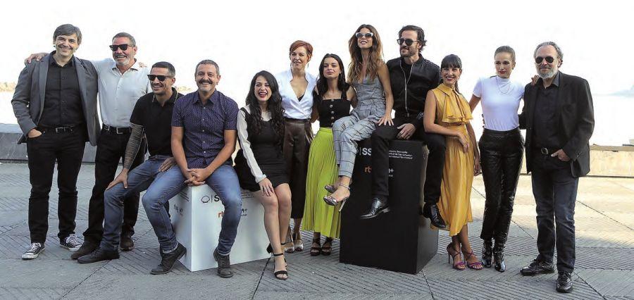 """El director de la película, segundo por la izquierda, junto al multitudinario elenco de la serie """"Gigantes"""". ALEX ABRIL"""